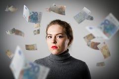 Meisje in grijs en Euro Royalty-vrije Stock Afbeeldingen