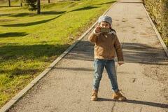 Meisje grijze bonnet dragen en jeans die beelden met a nemen royalty-vrije stock foto's