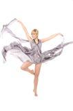 Meisje in grijze kleding die in een sprong vliegt Royalty-vrije Stock Afbeelding