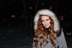 Meisje in grijze laag in de winternacht royalty-vrije stock afbeelding