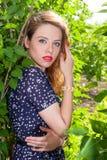 Meisje in groene bladeren Stock Foto