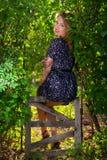Meisje in groene bladeren Stock Fotografie