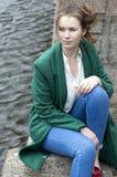 Meisje in groene laag en jeans, portret van een jong vrouwenverstand royalty-vrije stock afbeeldingen