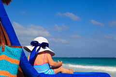 Meisje in grote hoed op de zomerstrand Royalty-vrije Stock Fotografie