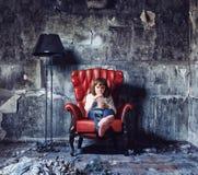 Meisje in grungebinnenland Stock Afbeelding