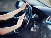 Meisje in haar auto Royalty-vrije Stock Afbeelding
