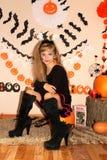 Meisje in heksenkostuum op Halloween stock afbeelding
