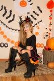 Meisje in heksenkostuum op Halloween stock foto