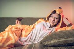 Meisje in heldere kinderen` s pyjama's in de vorm van een kangoeroe emotioneel portret van een student kostuumpresentatie van kin stock fotografie