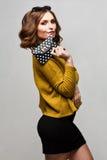 Meisje in heldere kleding met handtasstippen royalty-vrije stock afbeelding