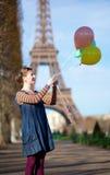 Meisje in heldere kleren met kleurrijke ballons Stock Afbeeldingen