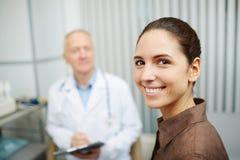 Meisje het aanwezig zijn artsenbureau regelmatig stock afbeeldingen