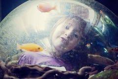 Meisje in het aquarium royalty-vrije stock afbeeldingen