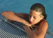 Meisje in het bassin Stock Fotografie