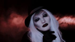 Meisje in het beeld van een heksenhoed Zwarte achtergrond stock video