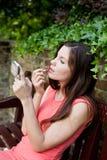 Meisje het bevestigen make-up stock fotografie