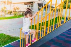 Meisje het binden om van metaaltredenbars te beklimmen stock foto
