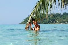 Meisje in het blauwe duidelijke water Royalty-vrije Stock Afbeelding