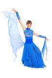 Meisje in het blauwe kleding stellen in studio Royalty-vrije Stock Foto