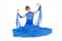 Meisje in het blauwe kleding stellen in studio Stock Foto