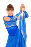 Meisje in het blauwe kleding stellen in studio Royalty-vrije Stock Afbeelding