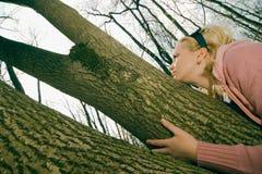 Meisje in het bos Stock Afbeelding