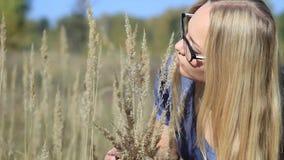 Meisje in het bos met oren van gras stock footage
