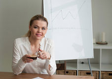 Meisje in het bureau Stock Foto's
