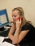 Meisje in het bureau dat op de telefoon spreekt Stock Foto's