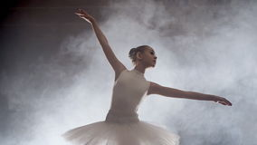 Meisje het dansen ballet op stadium stock footage