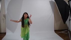 Meisje het dansen volksdans stock footage