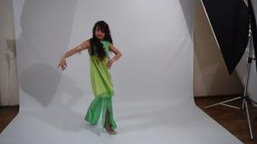 Meisje het dansen volksdans stock videobeelden