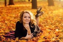 Meisje in het de herfstpark Stock Fotografie