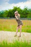 Meisje in het dorp met een cowboyhoed en zonnebril Stock Foto