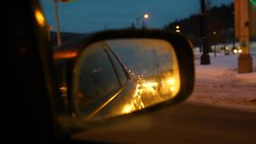 Meisje het drijven bij nacht in de winter stock video
