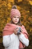 Meisje het drinken cacao in de herfstpark stock fotografie