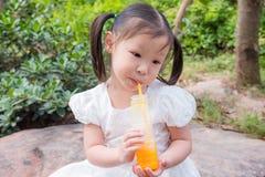 Meisje het drinken jus d'orange van fles Royalty-vrije Stock Fotografie