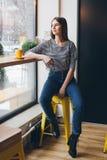 Meisje het drinken koffie in een koffiewinkel Stock Foto