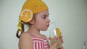 Meisje het drinken limonade stock video