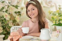Meisje het drinken thee Stock Fotografie