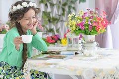 Meisje het drinken thee Stock Foto