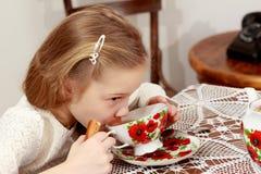 Meisje het drinken thee Stock Foto's