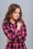 Meisje in het geruite overhemd stellen Royalty-vrije Stock Foto's