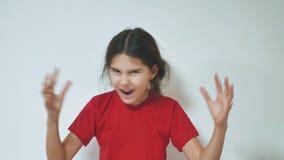 Meisje het gillen opende haar mond Portret van aanbiddelijk verrast meisje Grappig kindmeisje met handen dicht bij gezicht stock videobeelden