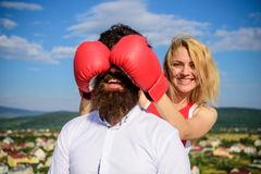 Meisje het glimlachen het mannelijke gezicht van de gezichtsdekking met bokshandschoenen Sluwe te winnen trucs Gissing die spel R royalty-vrije stock fotografie