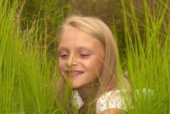 Meisje in het gras Royalty-vrije Stock Afbeeldingen