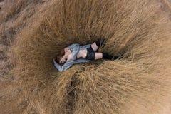 Meisje in het Gras Stock Afbeelding