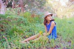 Meisje in het Gras Stock Afbeeldingen