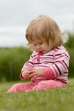 Meisje in het Gras Stock Foto