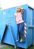 Meisje het hangen op blauwe container royalty-vrije stock foto